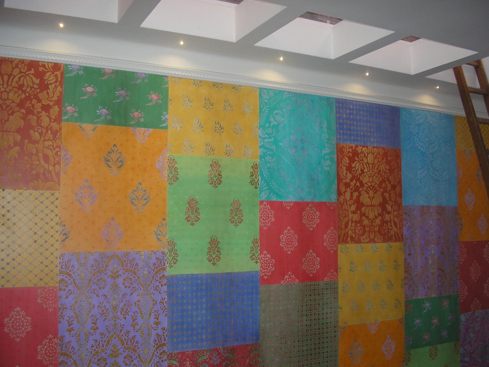 Patchwork di damascati dipinti su muro, abitazione privata, Monza e Brianza